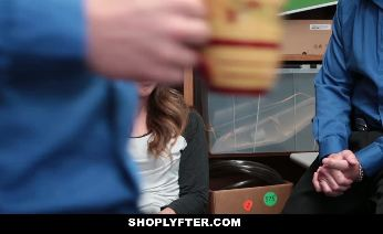 Lexi Lovell is a shoplyfter